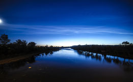 Blå måne för moln för flodnattstjärnor Arkivfoto