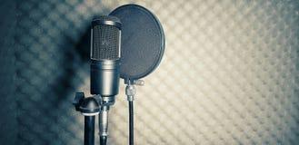 blå mörk ljus mikrofonstudio arkivfoto