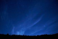 Blå mörk natthimmel med stjärnor. Royaltyfria Foton