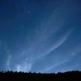 Blå mörk natthimmel med stjärnor. Arkivbild