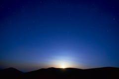 Blå mörk natthimmel med stjärnor Royaltyfri Foto