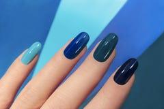 blå manicure arkivfoto