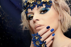 Blå manikyr och makeup royaltyfria bilder
