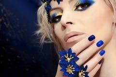 Blå manikyr och makeup fotografering för bildbyråer