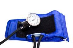 Blå manschett av en tonometer och en manometer på en vit bakgrund arkivfoton