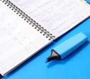 blå marköranteckningsbok Arkivbilder
