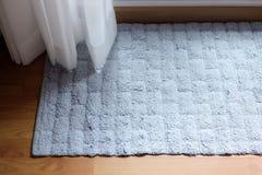 Blå matta i vardagsrummet Arkivbild