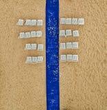 Blå matta och vitstol efter ett strandbröllop i Costa Brava royaltyfri foto