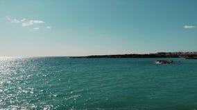 Blå medelhav och himmel med solvägen och den steniga spottade halvön i Cypern Coral Beach Surrsikt av det blå havet och himmel me lager videofilmer