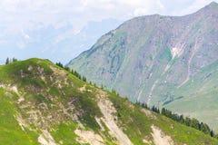 Blå medicinsk helikopter som flyger över fjällängar nära Wildenkarkogel, Saalbach, Österrike Royaltyfri Bild