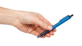 Blå mekanisk skolablyertspenna i hand bakgrund isolerad white Kontorsbrevpapper, arbetsinstrument, affärshjälpmedel royaltyfri foto