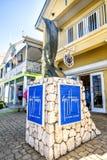 Blå Merlin monument i centret Georgetown är ett populärt för kryssningslinjer i det karibiskt Royaltyfria Foton