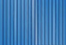 Blå metall korrugerat staket med vertikala stänger Royaltyfri Foto