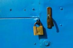 Blå metalldörr med en hänglås Royaltyfri Bild