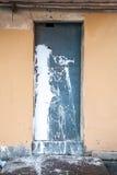 Blå metalldörr med målarfärgfärgstänk Fotografering för Bildbyråer