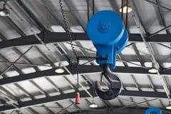 Blå metallisk industriell krok för att lyfta fotografering för bildbyråer