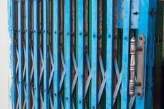 Blå metallisk port royaltyfri foto