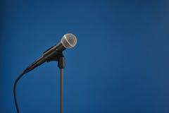blå mikrofon Arkivbild