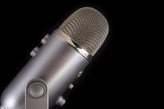Blå mikrofon för snömanPodcastkondensator arkivfoto
