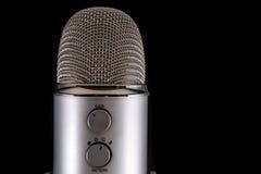 Blå mikrofon för snömanPodcastkondensator Arkivbild