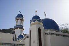 Blå minaret på habour i Oman Arkivfoton