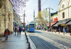 Blå modern spårvagn på den historiska gatan Royaltyfri Bild