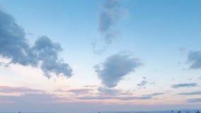 Blå molnig himmel efter solnedgång Tid schackningsperiod stock video