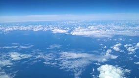 Blå molnig himmel från höjden av flyget stock video