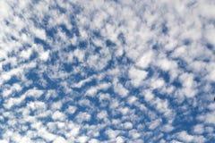Blå molnig himmel med ställningen Arkivbilder