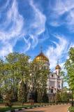 Blå molnig himmel ovanför en guld- ortodox kyrka i sommar Arkivfoton