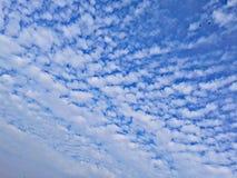 Blå molnig morgonhimmel Indien Arkivbilder