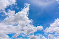blå molnig sky Arkivfoto