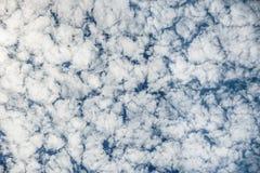 Blå molnig skybakgrund Royaltyfria Bilder