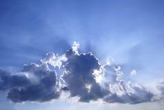 blå molnig skysunburst royaltyfria bilder