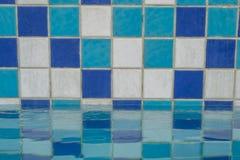 Blå mosaik för keramisk tegelplatta i simbassäng Arkivbilder