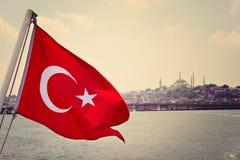 Blå moské i den Istanbul och Turkiet flaggan Arkivfoton