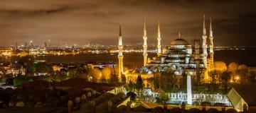 Blå moské i Istanbul på natten arkivbilder