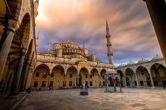Blå moské med det rörande solnedgångmolnet Arkivfoto