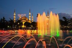 Blå moské med springbrunnen i förgrunden Arkivfoton