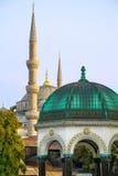 Blå moské och den tyska springbrunnen, Istanbul, Turkiet arkivbilder
