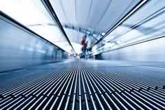 blå moving travolator för flygplats Royaltyfria Foton