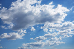Blå mulen sky i cumulusoklarheter Royaltyfri Foto