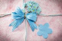 Blå mullbärsträdpapperspilbåge och blomma med anmärkningen på mullbärsträdpapper I Royaltyfria Foton