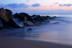 blå near seawallsoluppgång Royaltyfri Foto