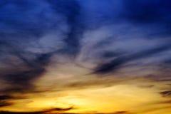 Blå och gul himmel på solnedgången royaltyfri fotografi