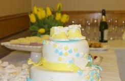 Blå och gul kaka Royaltyfri Foto
