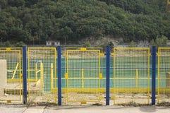 Blå och gul port i den Fiastra fördämningen royaltyfria bilder