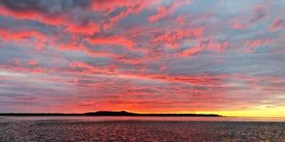 Blå och guld- havsolnedgång för rosa färger Fotografering för Bildbyråer