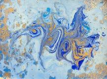 Blå och guld- vätsketextur, dragen vattenfärghand marmorera illustrationen, abstrakt bakgrund arkivfoton