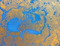 Blå och guld- vätsketextur, dragen vattenfärghand marmorera illustrationen, abstrakt bakgrund Arkivbild